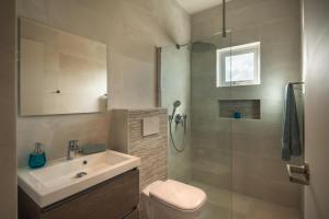 Um banheiro em Hideout Suites - from Eagle Beach
