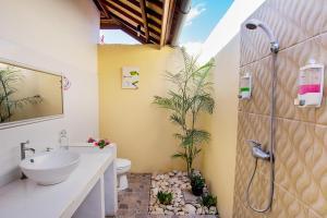 A bathroom at Nusa Veranda Sunset Villas & Restaurant