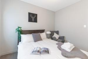 A bed or beds in a room at Peaceful apt 20mins to CBD