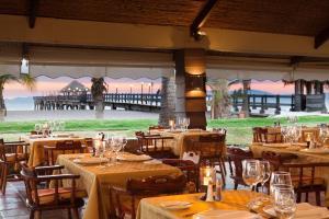 Un restaurante o sitio para comer en Fiesta Resort All Inclusive Central Pacific - Costa Rica