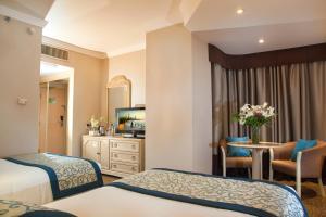 سرير أو أسرّة في غرفة في Novel Hotel City Center