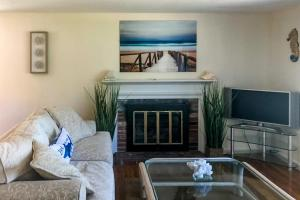 A seating area at 3 Bed 1 Bath Vacation home in West Yarmouth
