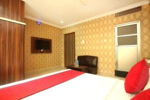 A television and/or entertainment center at OYO 366 Hotel Anmol