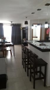 Um restaurante ou outro lugar para comer em Apartamento temporada Arraial do Cabo
