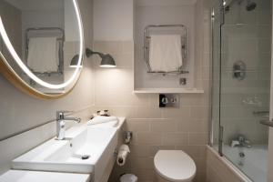 A bathroom at North Lakes Hotel and Spa