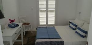 A bed or beds in a room at Ilios Apartment Naoussa