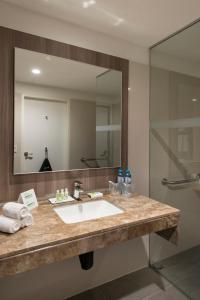 A bathroom at Holiday Inn - Lima Airport