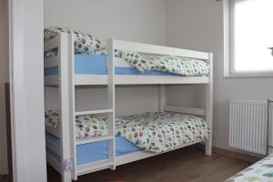 A bunk bed or bunk beds in a room at Villa Appartement Amaryllis