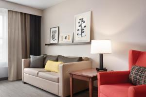 A seating area at Country Inn & Suites by Radisson, Marinette, WI