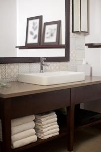 A bathroom at Country Inn & Suites by Radisson, Marinette, WI