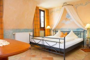 Ein Bett oder Betten in einem Zimmer der Unterkunft Hotel Casa Rustica - Eintrittskarten für den Europapark erhalten Sie garantiert über uns!