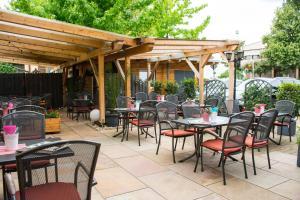Ein Restaurant oder anderes Speiselokal in der Unterkunft Hotel Casa Rustica - Eintrittskarten für den Europapark erhalten Sie garantiert über uns!