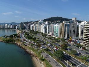 Uma vista aérea de Novotel Florianopolis