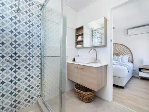 A bathroom at Ventura Beach Motel - 1 Bedroom