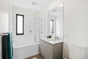 A bathroom at Gorgeous 2 Bedroom Townhouse
