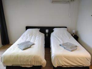 A bed or beds in a room at Op Stap