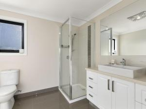 A bathroom at SUMMER BREEZE FREE WIFI & NETFLIX INLET SIDE CENTRAL LOCATION