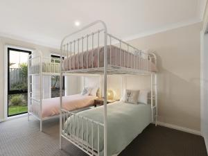 A bunk bed or bunk beds in a room at SUMMER BREEZE FREE WIFI & NETFLIX INLET SIDE CENTRAL LOCATION