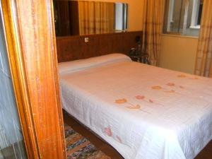 A bed or beds in a room at Hostal Suárez