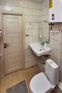 A bathroom at Dobriye Sutki in Klimovsk