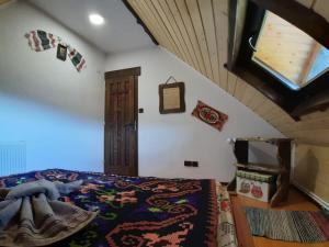 Un pat sau paturi într-o cameră la Căsuța din Povești - Vatra