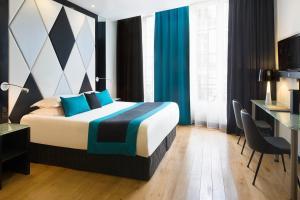 Cama ou camas em um quarto em L'Empire Paris