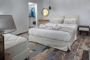 A bed or beds in a room at Abelomilos Exclusive Villa