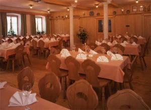 Ein Restaurant oder anderes Speiselokal in der Unterkunft Gasthof Jachenau