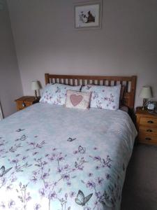 A bed or beds in a room at The Boyne Arms