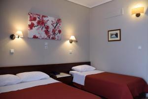 Ένα ή περισσότερα κρεβάτια σε δωμάτιο στο Ξενοδοχείο Αχίλλειον