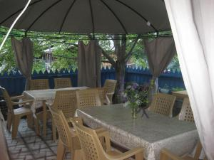 A restaurant or other place to eat at Shatili Guesthouse-Mziani