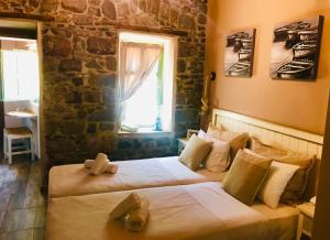 Un pat sau paturi într-o cameră la Axiokersa Suites