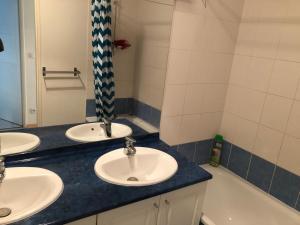 A bathroom at Une chambre disponible dans un appartement de deux chambres