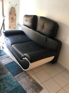A seating area at Une chambre disponible dans un appartement de deux chambres