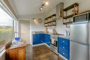 A kitchen or kitchenette at Quarterdeck