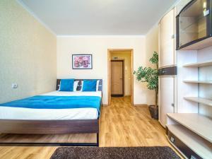 Кровать или кровати в номере KvartalApartments. Belozerskaya 3