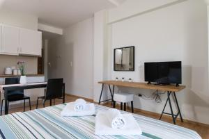 A television and/or entertainment center at Anivia Apartments Airport by Airstay