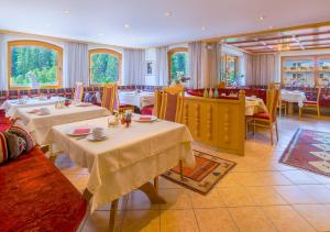 A restaurant or other place to eat at Hotel-Garni Jakober