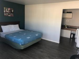 A bed or beds in a room at 5000 Motel