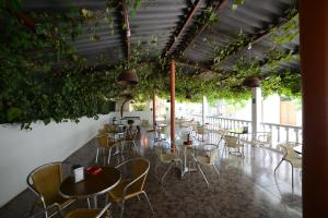 A restaurant or other place to eat at Hostal Sa Rota