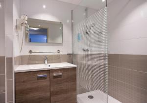 Salle de bains dans l'établissement Les Loges Du Park - Résidence Hôtelière
