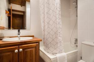 A bathroom at Luderna - Dúplex Cap de Aran D3