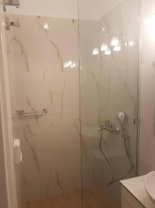 A bathroom at NN Luxury Room near Athens Airport