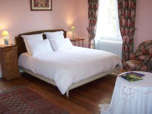 A bed or beds in a room at Manoir de la Thébline