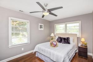 A bed or beds in a room at Great place for families in heart of hot Decatur!
