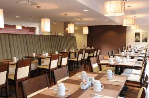 A restaurant or other place to eat at Leonardo Hotel Berlin