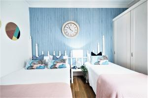 A bed or beds in a room at Bondi Beach Front Breeze