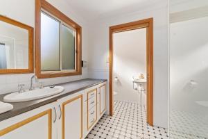 A bathroom at Leura Blue Mountains Retreat