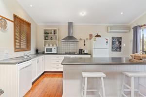 A kitchen or kitchenette at Leura Blue Mountains Retreat