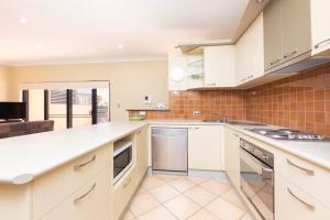 A kitchen or kitchenette at Gwydir Court 6